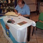 Xosé Lois asina o libro de honra